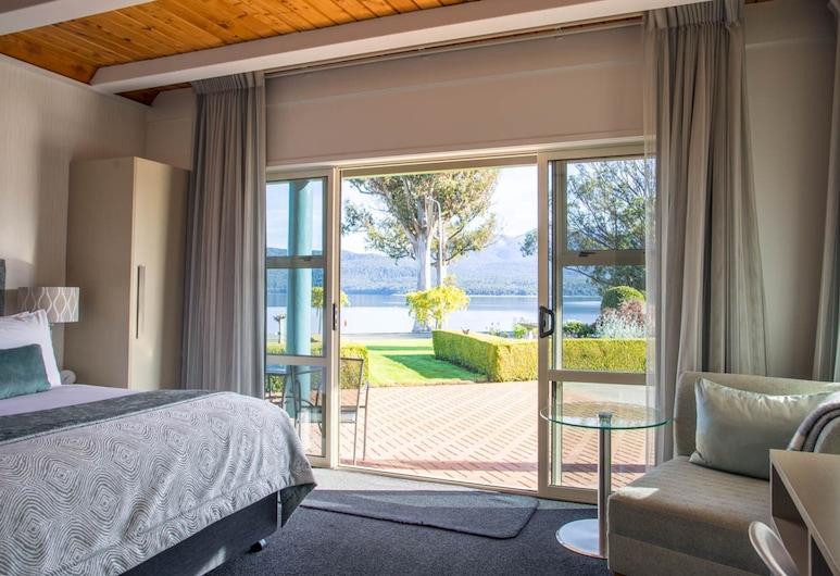 Radfords on the Lake, Te Anau, Premier Lakeview Spa Studio - Ground Floor, Guest Room