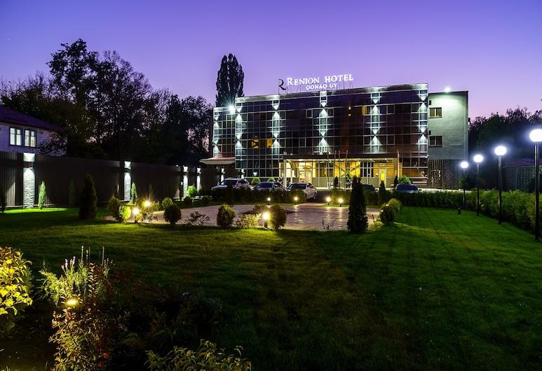 Renion Hotel Almaty, Almaty, Hotelfassade am Abend/bei Nacht