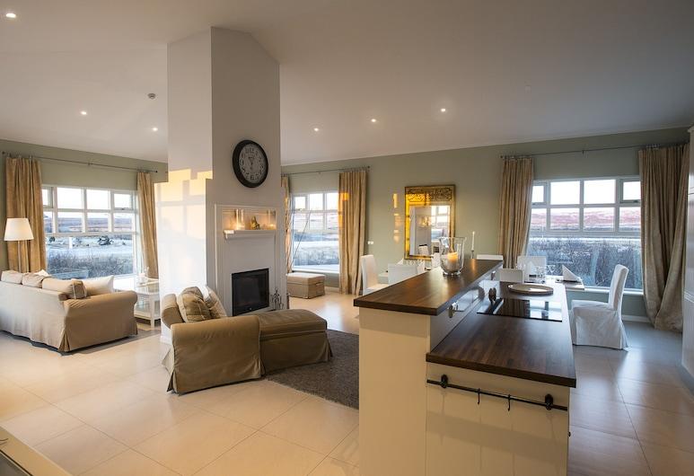 Hótel Grímsborgir – Your Golden Circle Retreat, Selfossi, Apartment, 4 Bedrooms with 1,5 Bathrooms, Hot Tub, Stofa