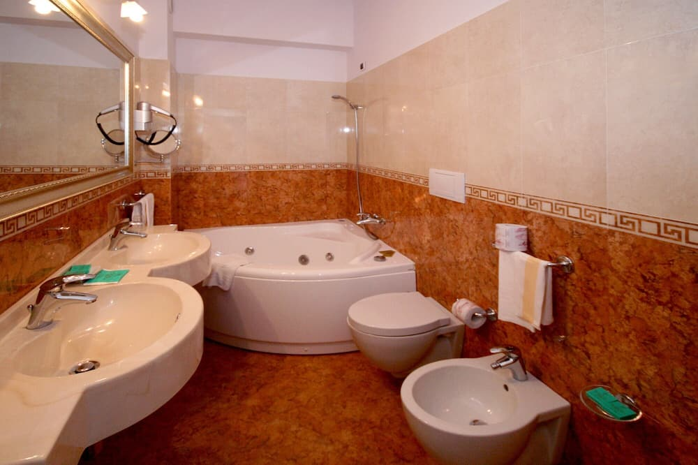 Double Room, 1 Double or 2 Twin Beds, Sea View - Bathroom