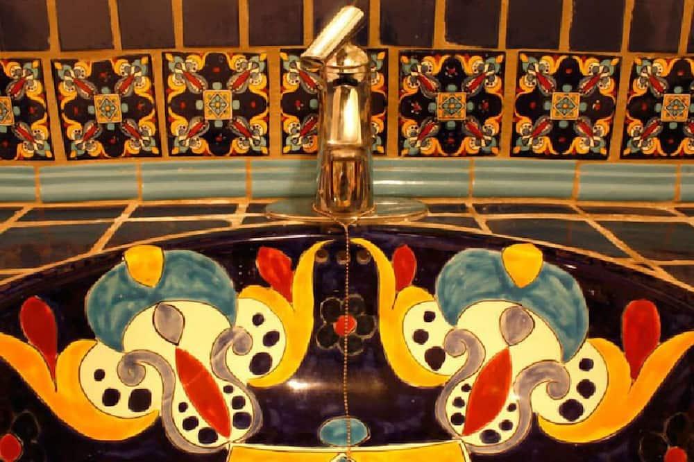 Standard Suite, 1 King Bed - Bathroom Sink