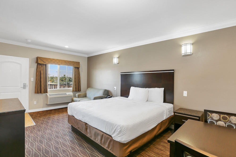 ... Vagabond Inn La Habra, La Habra, Deluxe Suite, Kitchenette, Guest Room  ...