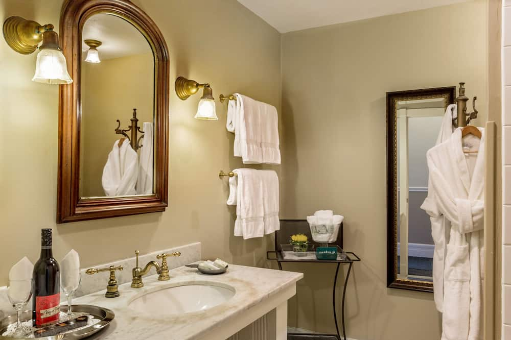Room, 1 Queen Bed, Fireplace - Bathroom