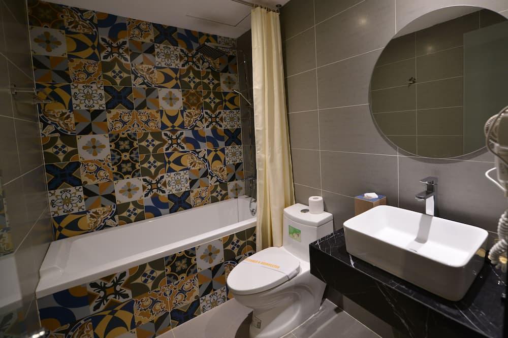 Junior-Doppel- oder -Zweibettzimmer, 1 Queen-Bett, Nichtraucher, Badewanne - Badezimmer