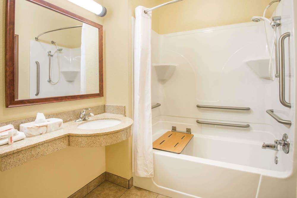 Kambarys, 2 didelės dvigulės lovos, su patogumais neįgaliesiems (Mobility,tub w grab bars) - Vonios kambarys