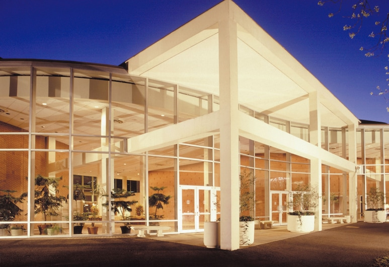 ดิยูนิเวอร์ซิตี้ ออฟ จอร์เจีย เซ็นเตอร์ฟอร์ คอนทินิวอิง เอ็ดยูเคชั่นแอนด์โฮเทล, เอเธนส์, ด้านหน้าของโรงแรม
