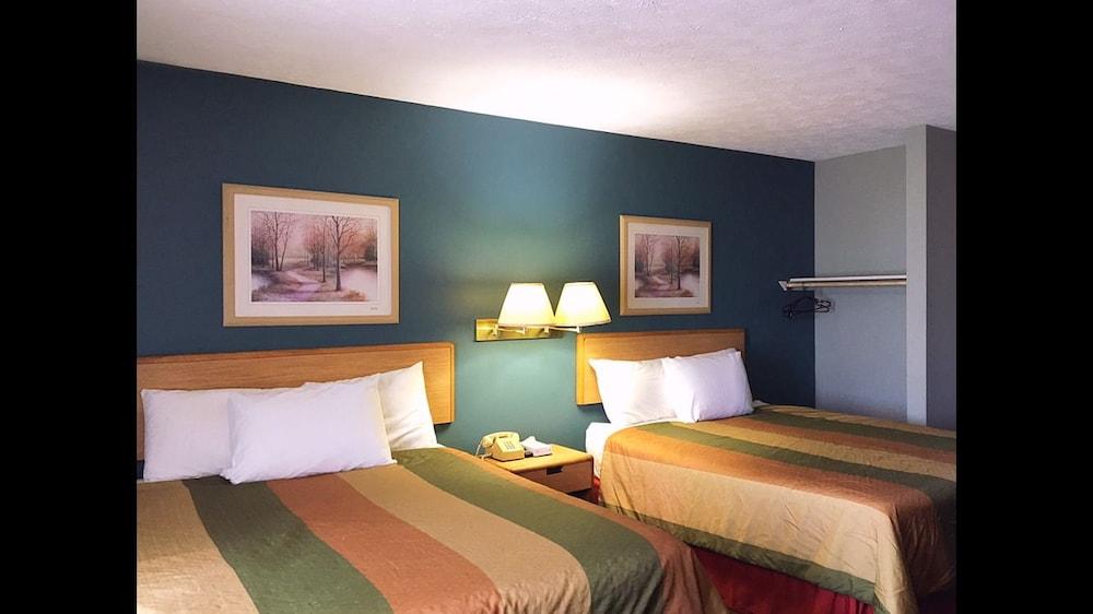 Overton Motel Livingston Standard Room 2 Queen Beds Guest