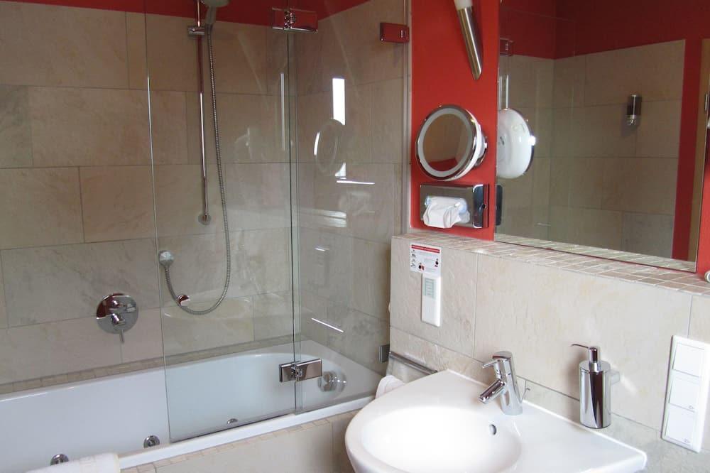 家庭四人房, 2 間臥室, 熱水浴缸, 花園景觀 - 浴室