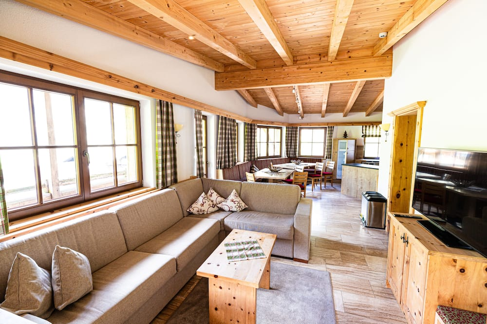 House, 6 Bedrooms, Sauna, Mountain View - Living Area