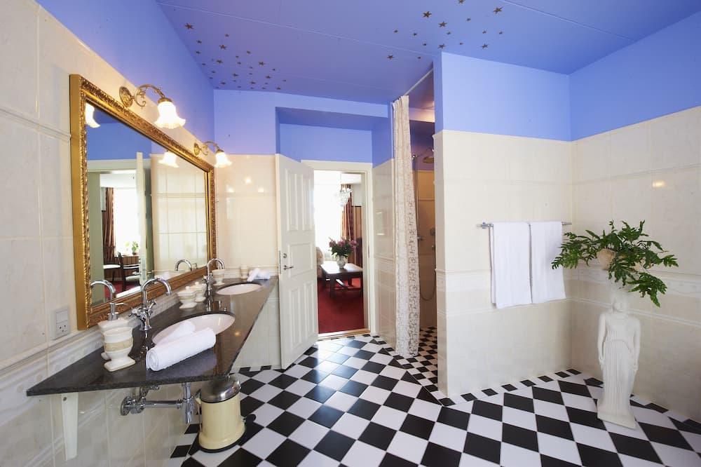 Honeymoon Suite, Balcony, Harbour View (BRUD) - Bathroom