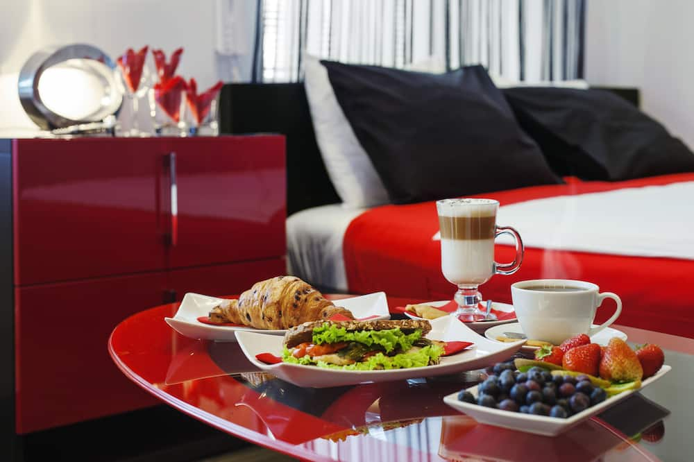 Luxury Room, 1 King Bed, Jetted Tub - In-Room Dining