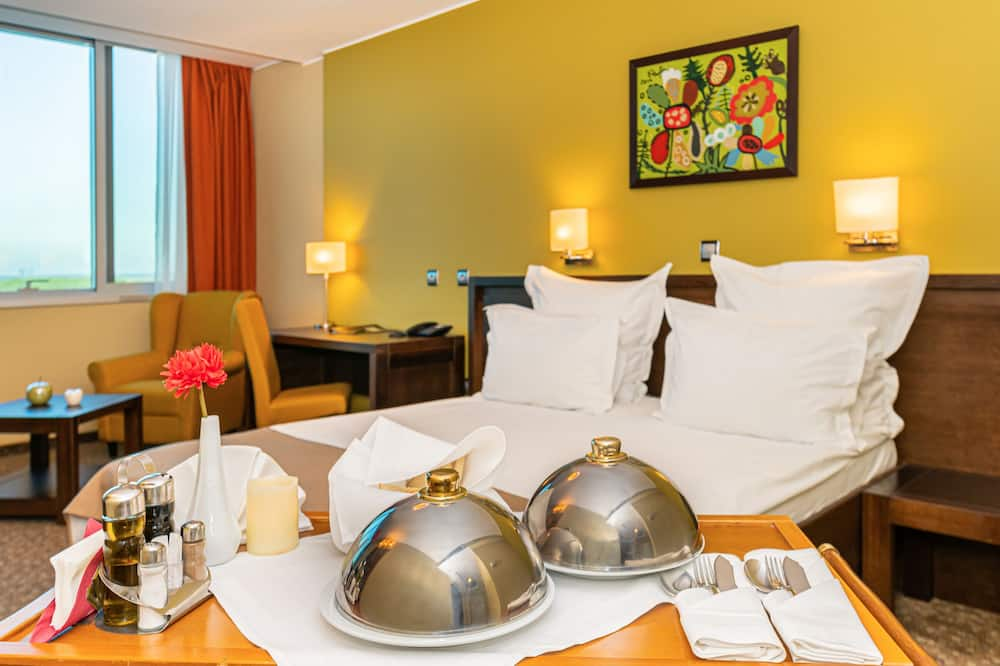 Superior Double Room, River View - In-Room Dining