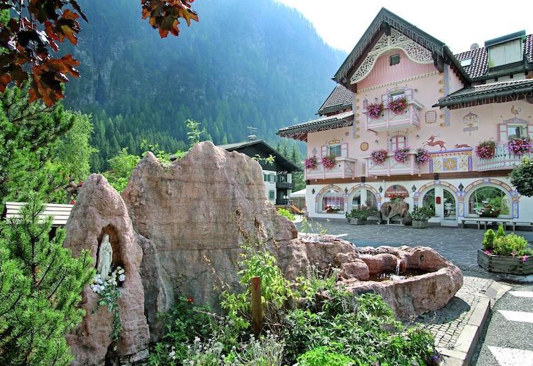 Soreghes, Кампітелло-ді-Фасса, Фасад готелю