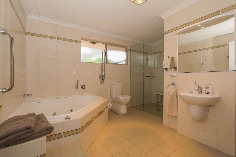 Deluxe Family Suite  - Bathroom