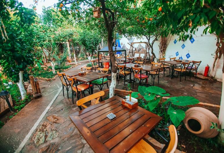 Hadrianus Hotel, Antalya, Einestamine vabas õhus
