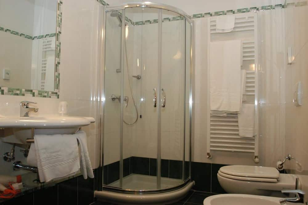 Junior Suite, 2 Queen Beds - Bathroom