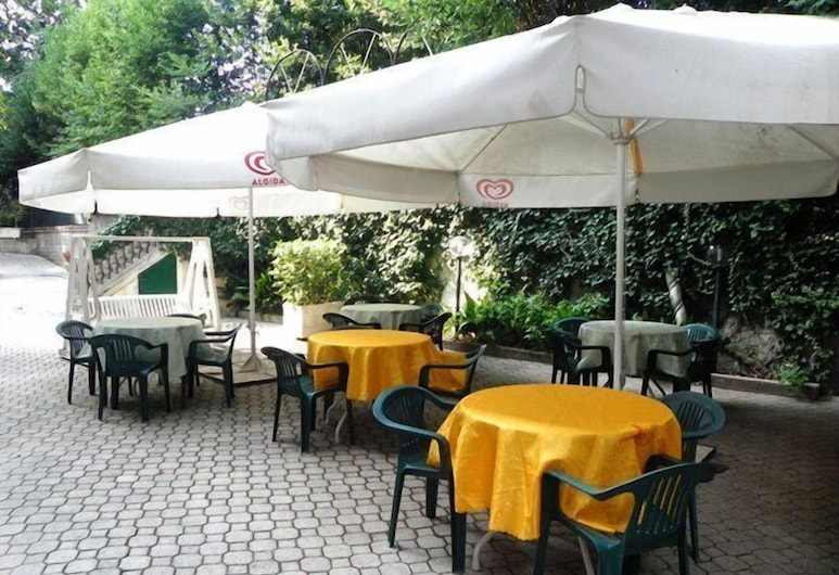 Villa Robinia, Genzano di Roma, Speisen im Freien
