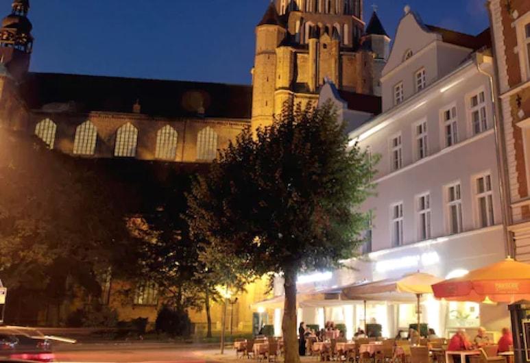 Schweriner Hof, Stralsund, Hotelfassade am Abend/bei Nacht