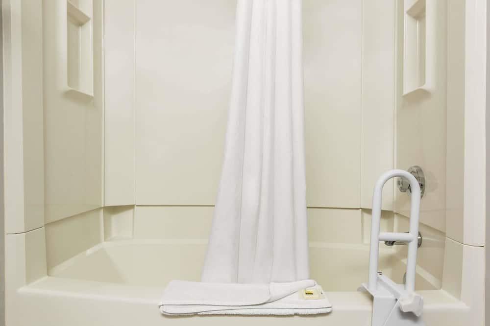 غرفة عادية - سريران كبيران - تجهيزات لذوي الاحتياجات الخاصة - حمّام