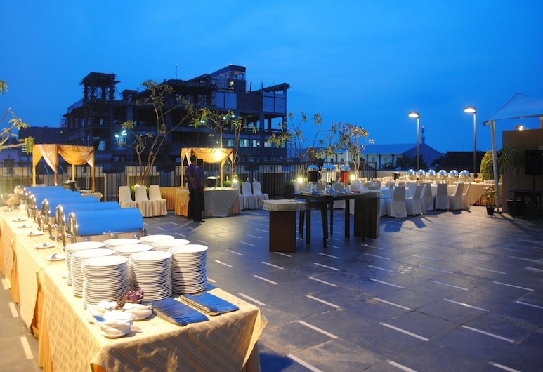 Quest Hotel Simpang Lima - Semarang by ASTON, Semarangas, Vakarienės lauke