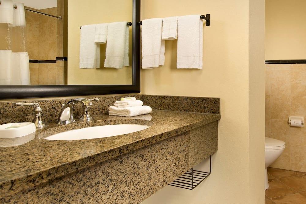 Deluxe Room, 1 King Bed, Refrigerator & Microwave (Upper Floor) - Bathroom