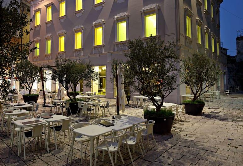 Design Hostel Goli & Bosi, Split, Hotelfassade am Abend/bei Nacht