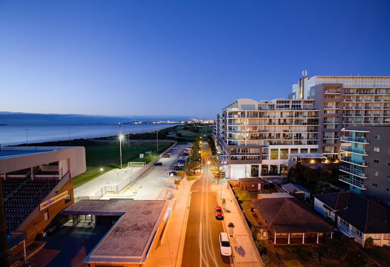 Sage Hotel Wollongong, Vulongongas, Viešbučio fasadas vakare / naktį