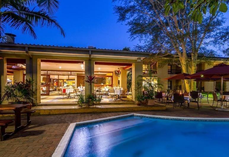 Hotel Numbi and Garden Suites, Hazyview, Viešbučio fasadas vakare / naktį