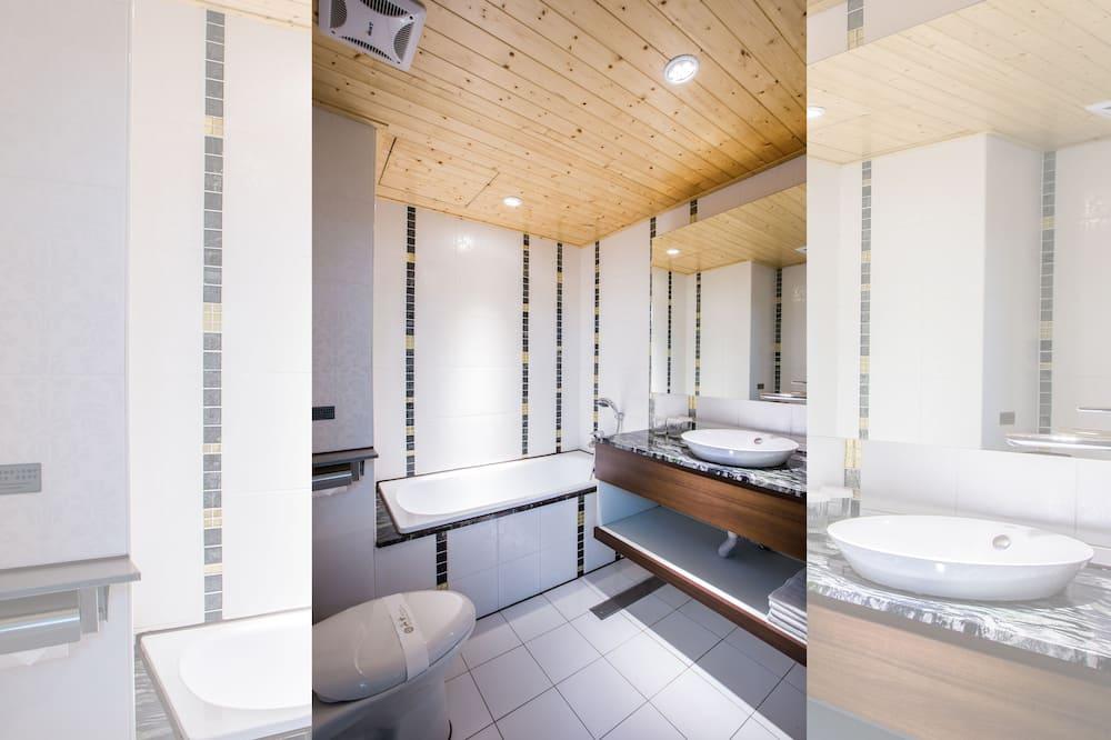 Deluxe-Vierbettzimmer, 2Doppelbetten - Badezimmer
