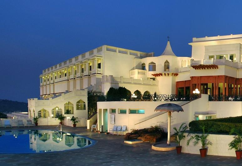 Noor-Us-Sabah Palace, Bhopal, Fachada do Hotel - Tarde/Noite