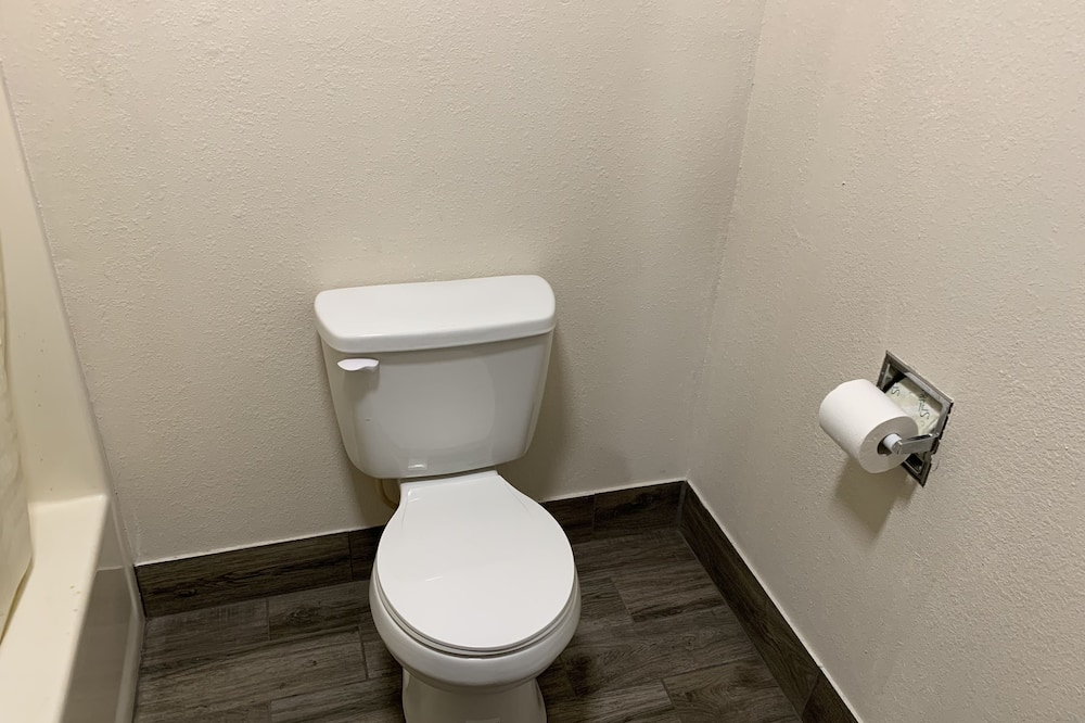 Basic Single Room, 1 King Bed - Bathroom