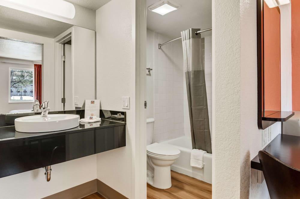 Standard szoba, 1 king (extra méretű) franciaágy, mozgássérültek számára is hozzáférhető - Fürdőszoba