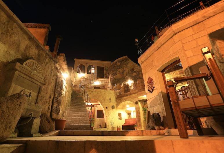 圖爾誇茲洞穴酒店, 內夫瑟希爾