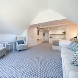 Room 10 - Upstairs Deluxe Ocean View Suite, Kitchenette, Free Standing Bath with Ensuite and AirCon - Opholdsområde