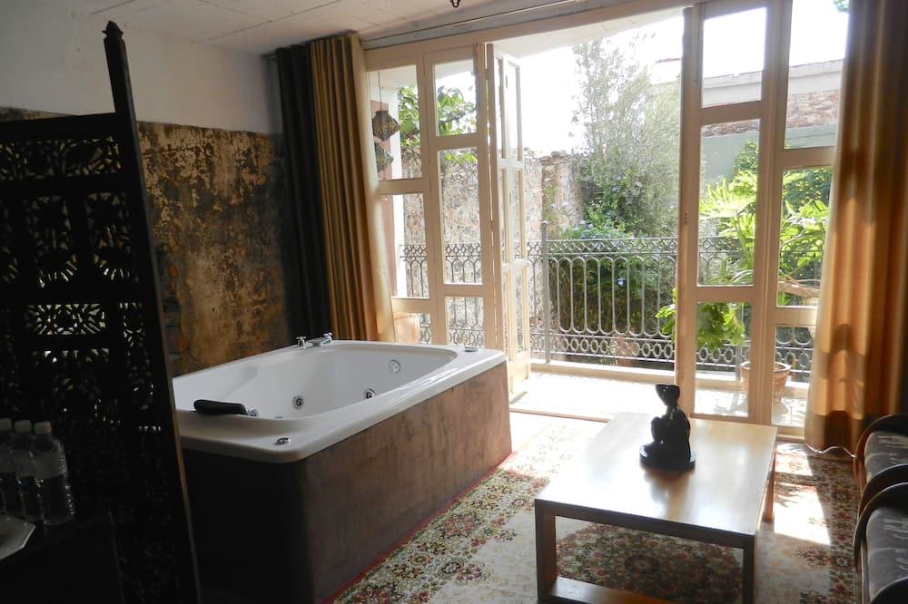 Master Suite - Private spa tub