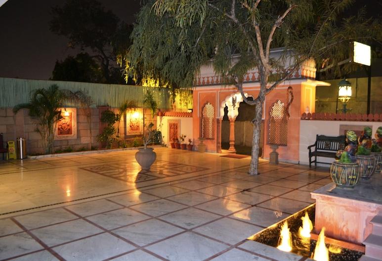 Suryaa Villa - A City Centre Hotel, Jaipur, Fachada do hotel (à noite)