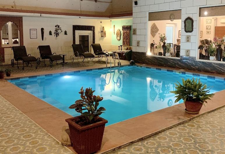 Suryaa Villa - A City Centre Hotel, Jaipur, Piscina interna