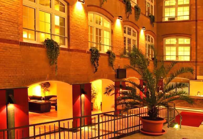 Singer109 Hostel, Berliini, Hotellin julkisivu illalla/yöllä