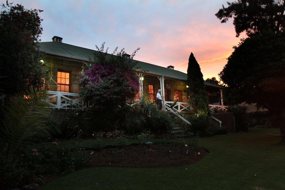 Pohľad na hotel – večer/v noci
