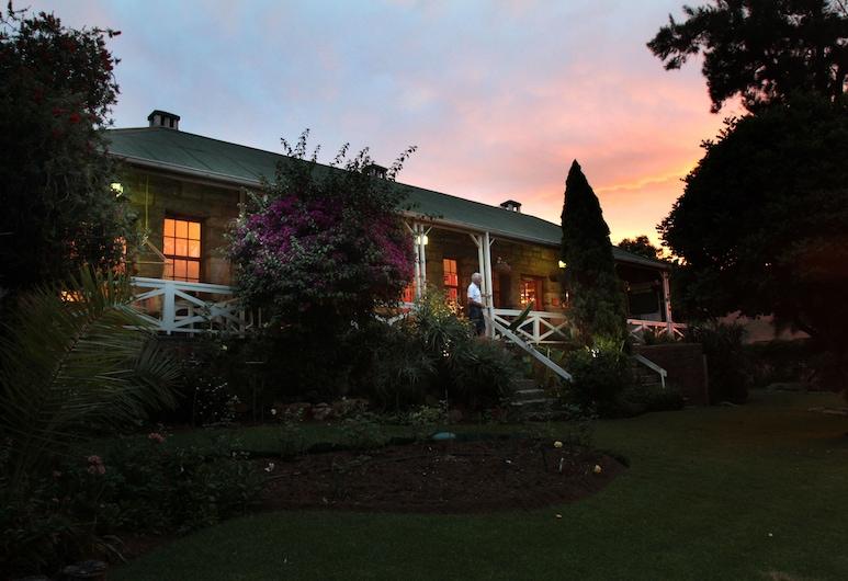 Shamrock Arms Guest Lodge, Waterval Boven, Hotellets front – kveld/natt