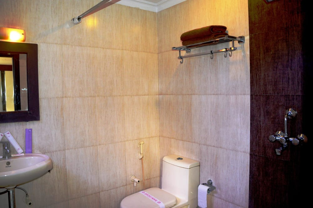 Deluxe Room with Pickup (Railway Station or Bus Stand) - Bathroom