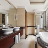Junior Suite, 1 Bedroom, Non Smoking, Corner - Bathroom