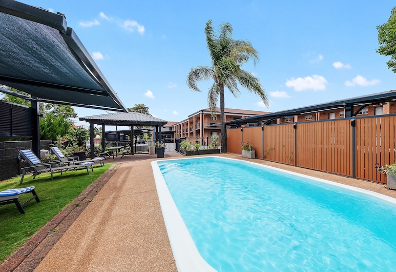 德寶布魯格厄姆汽車旅館, 多寶, 室外游泳池