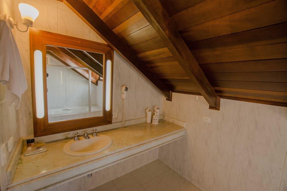 Luxury Suite, 1 Queen Bed - Bathroom