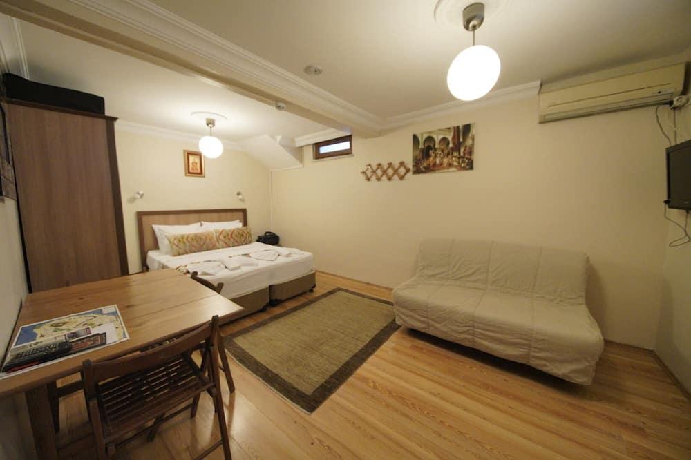 อีโคโนมีสตูดิโอ, เตียงใหญ่ 1 เตียง และโซฟาเบด, ชั้นล่าง - พื้นที่นั่งเล่น