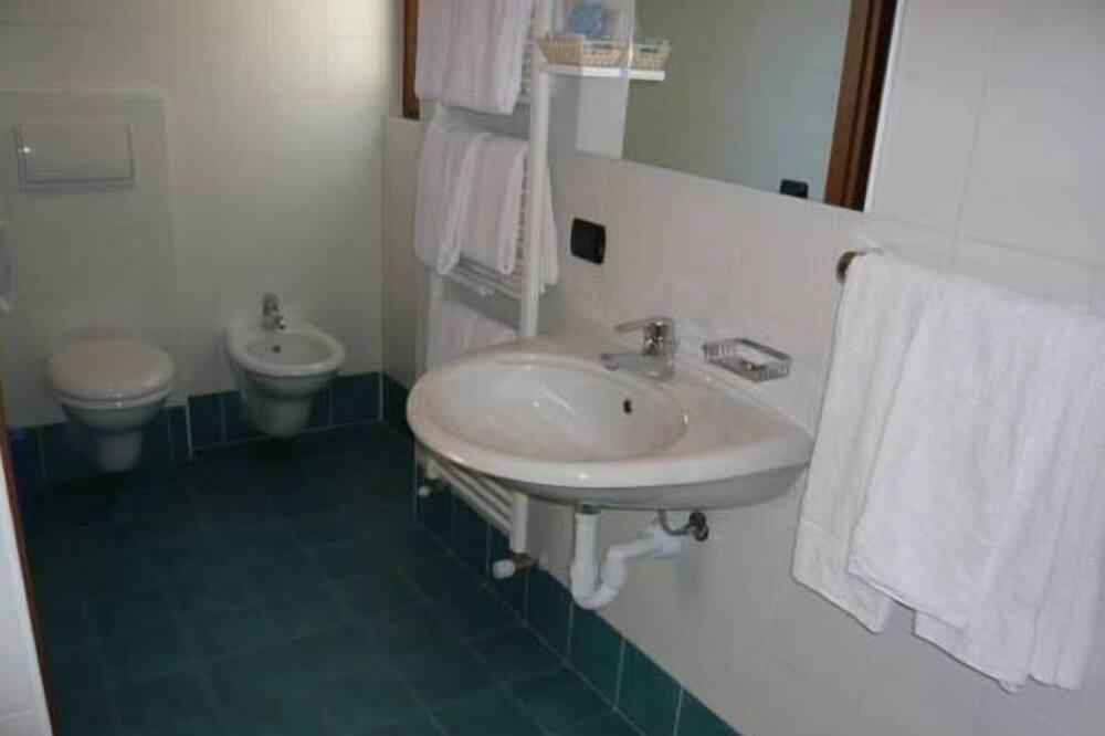 Quintuple - Bathroom