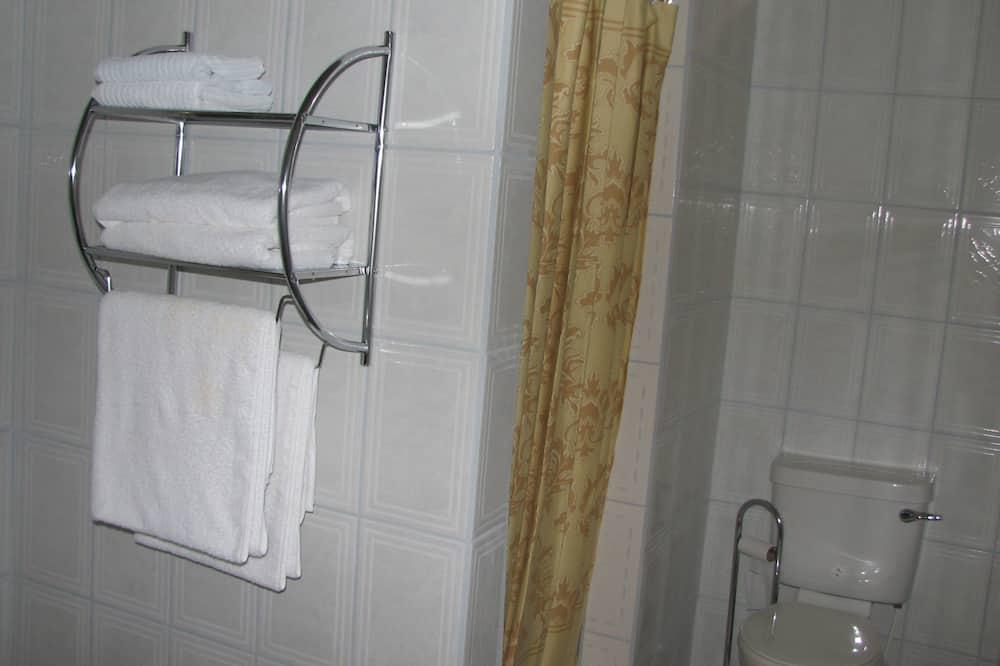 King-Bett, eigenes Bad - Badezimmer