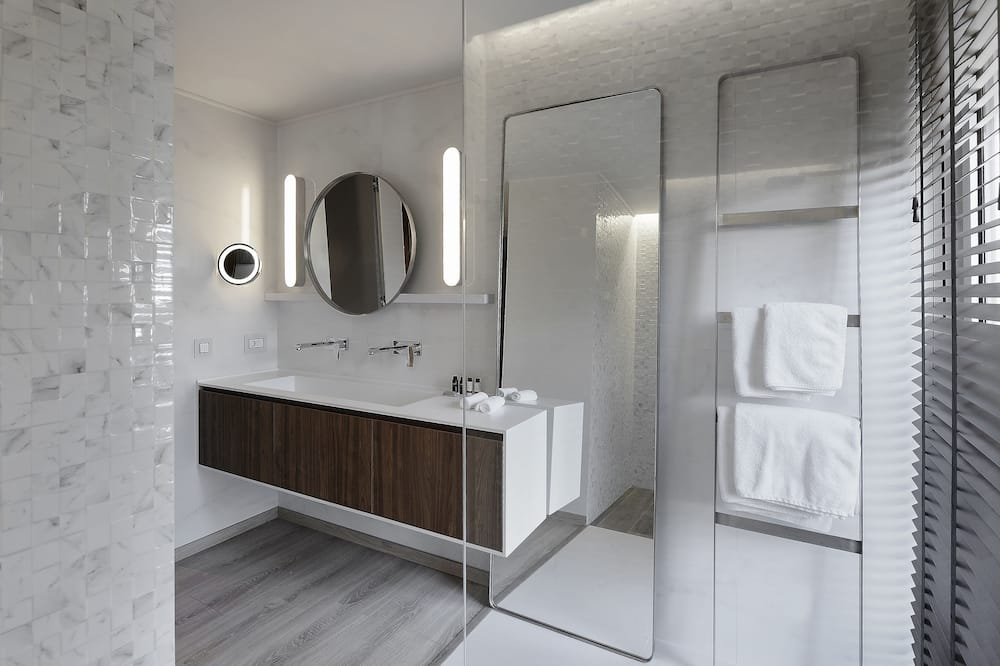 Deluxe Suite, 1 King Bed with Sofa bed - Bathroom