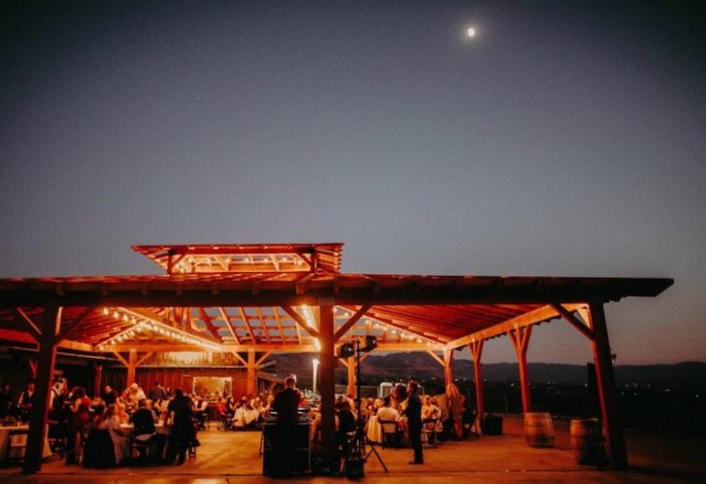 Hilltop Tavern & Inn, Apple Valley, Entrada del hotel (tarde o noche)