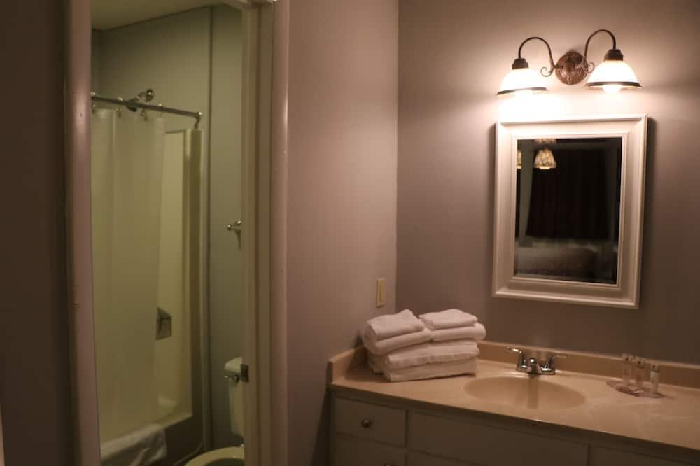 Deluxe Double Room, 2 Double Beds - Bathroom
